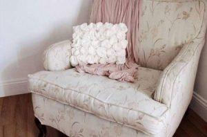 تزیین کوسن با گل های رز نمدی ساده در خانه