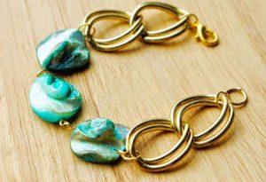 آموزش درست کردن دستبند با صدف های رنگی و زنجیر+تصاویر