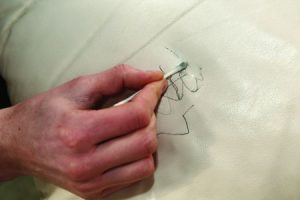 نحوه پاک کردن لکه خودکار از روی چرم سفید