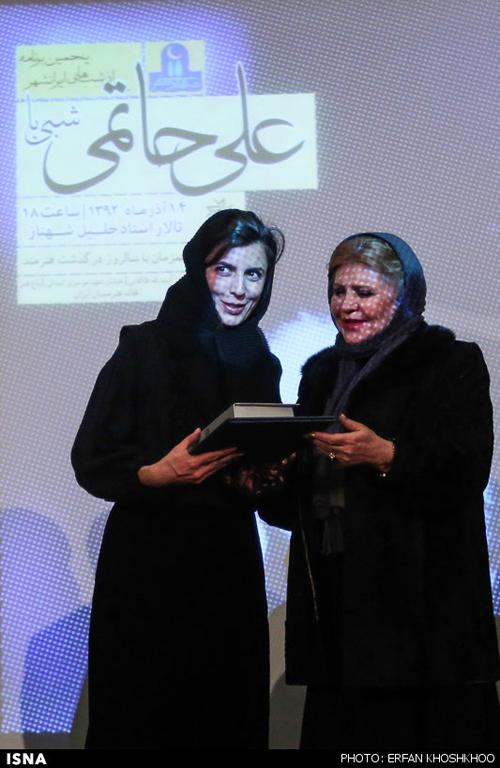 بزرگداشت علی حاتمی با حضور پیشکسوتان و بازیگران/ لوح یاد بود پدر در دستان دختر +تصاویر