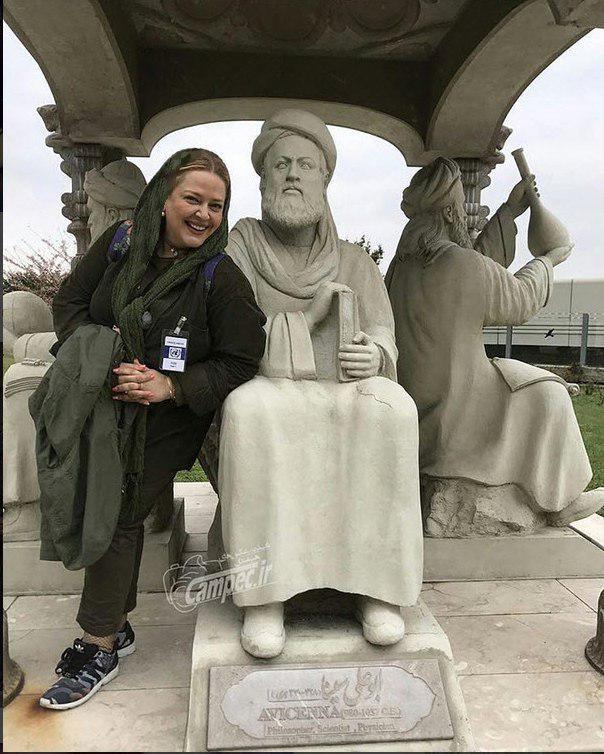 عکس بهاره رهنما با مجسمه ابوعلی سينا درحياط سازمان ملل اتريش