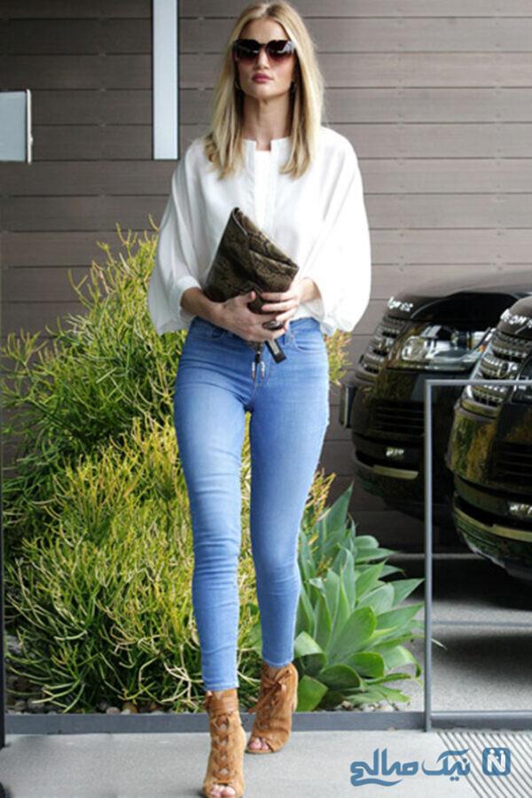 رزی هانینگتون با پوشیدن جین و بلوز سفید ظاهری شیک و کلاسیک پیدا کرده