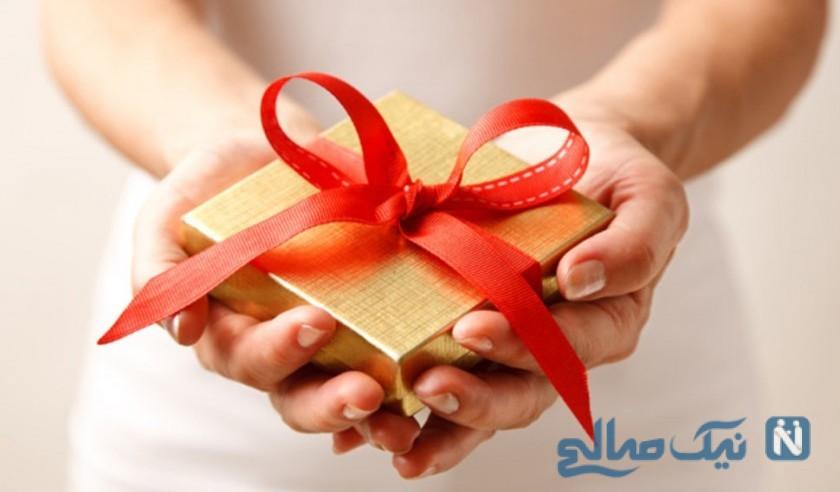 هدیه دادن مرد به زن