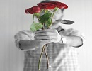 گل را با نوک انگشت هدیه بدهیم یا با دو دست؟ ( شخصیت شناسی )