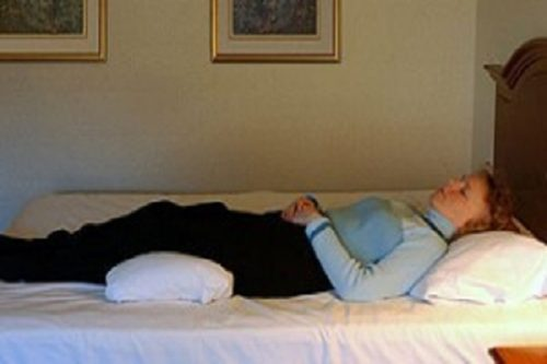 صحیح خوابیدن برای کاهش کمر درد