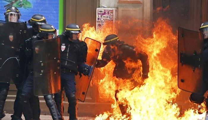 افسر پلیس ضد شورش فرانسه آتش گرفت! + عکس