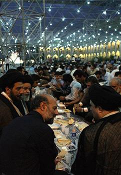 افطاری در حرم امام (ره) با حضور سید حسن خمینی + عکس