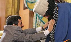 عکس: کوروش و کاوه آهنگر  مقابل احمدینژاد زانو زدند