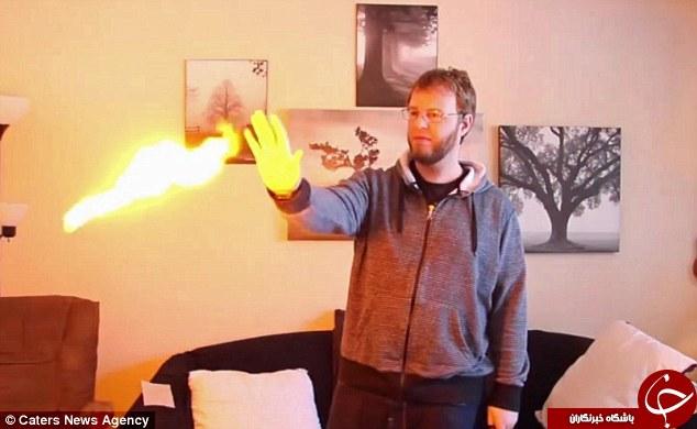 مردی که با دستانش آتش پرتاب می کند +عکس
