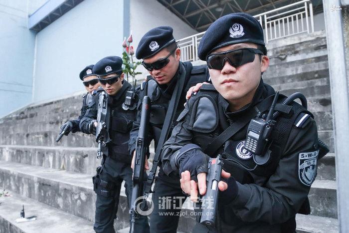 ازدواج رمانتیک پلیس ضربت چین+عکس