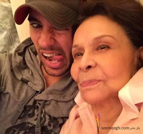 شکلک های خنده دار انریکه ایگلسیاس در کنار مادر بزرگش!!+عکس