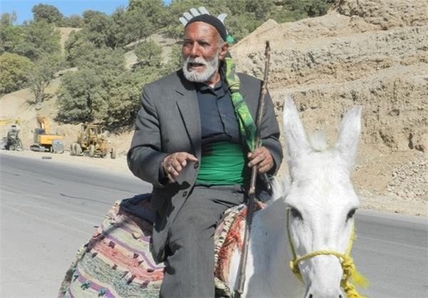 عزاداری منحصر به فرد پیرمرد ۷۵ ساله در مسیر جاده +عکس