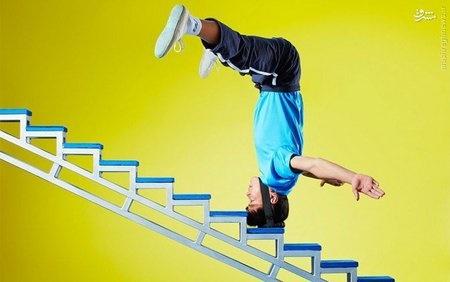 مردی که با سر از پله بالا می رود +عکس