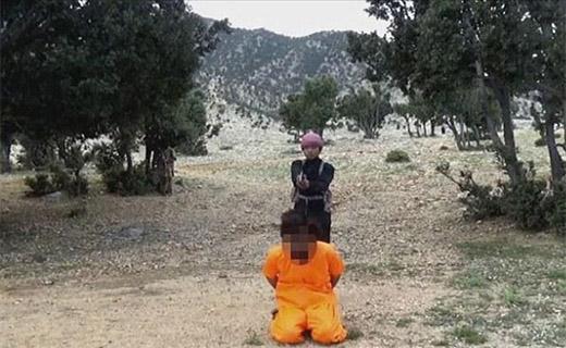 اعدام جاسوس طالبان توسط نوجوان داعشی+تصاویر