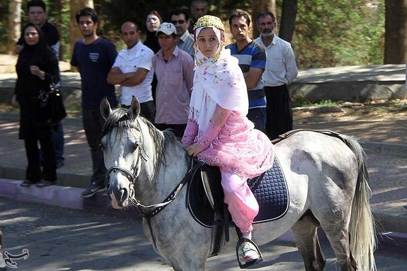 دختر کردی که با اسب سفید به استقبال روحانی رفت + عکس