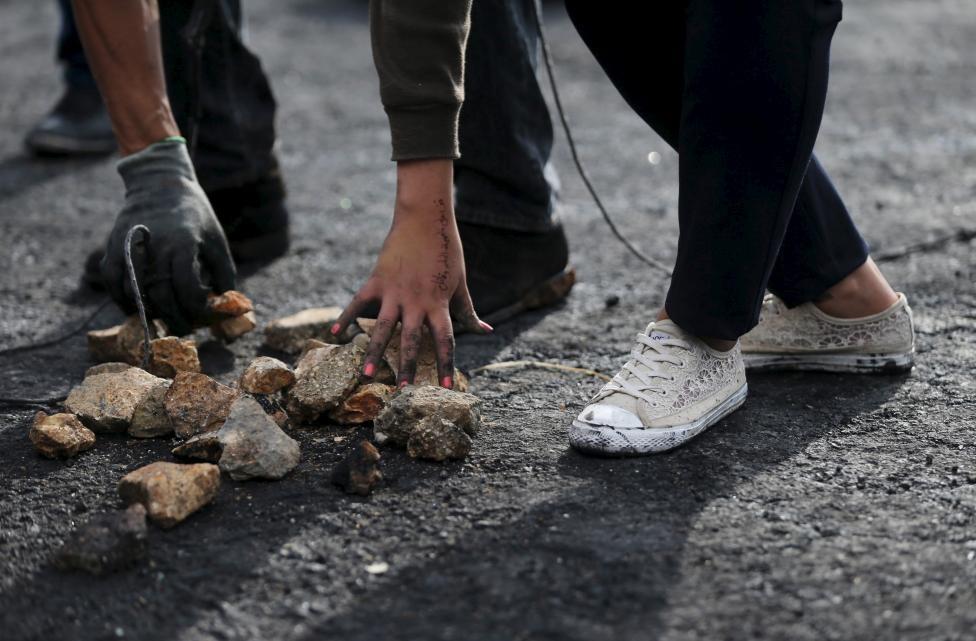 دختری فلسطینی با کفشهای کتانی+ عکس