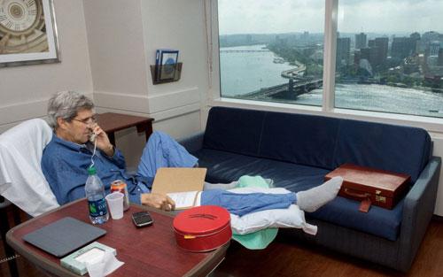 اولین تصویر از جان کری بعد از مصدومیت