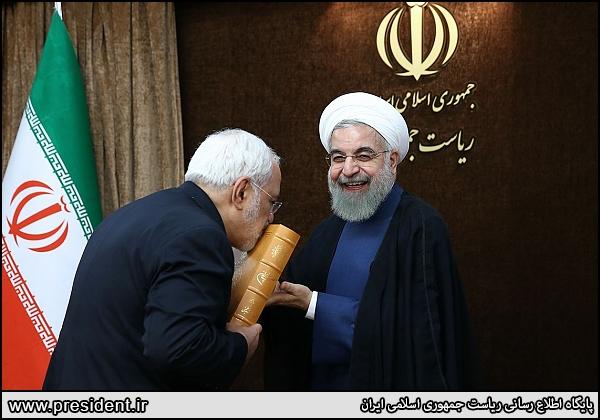 خنده روحانی و بوسه ظریف بر قرآن + عکس