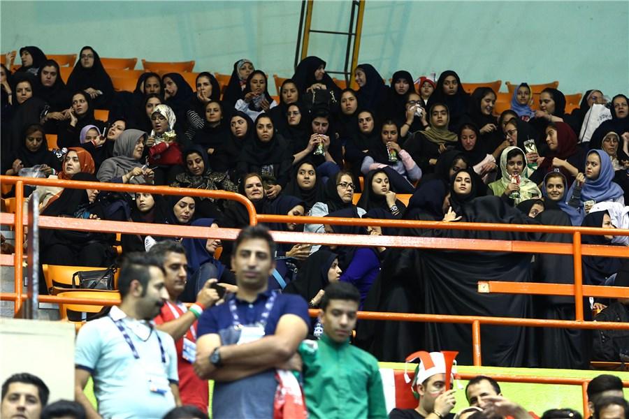 بانوان ایرانی به استادیوم آزادی راه پیدا کردند+عکس