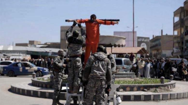 داعش چند سوری را به اتهام روزه خواری به صلیب کشید+ عکس