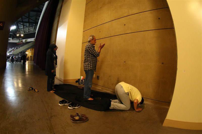 نماز تماشاگران والیبال در آمریکا + عکس