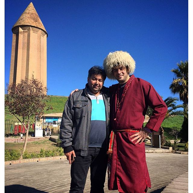 علی ضیا با لباس محلی در کنار پدر سردار ازمون در گنبد! +عکس