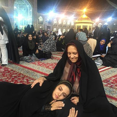 خوابیدن خانم بازیگر در حرم امام رضا (ع) !! +عکس