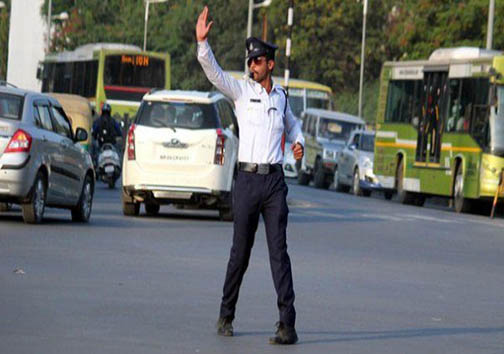 پلیسی که با رقص رانندگان را هدایت میکند! + عکس