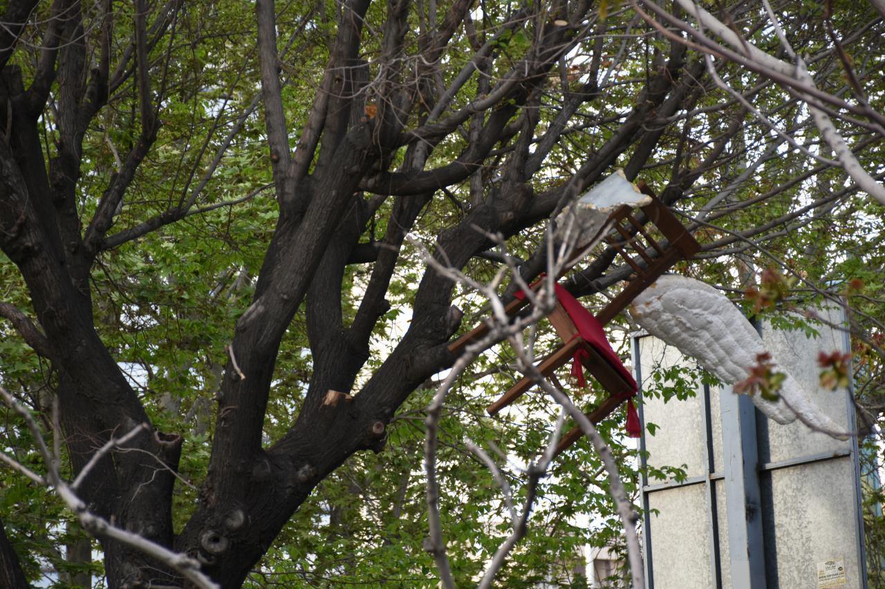 سقوط چند صندلی پرنده در بلوار کشاورز تهران+ عکس