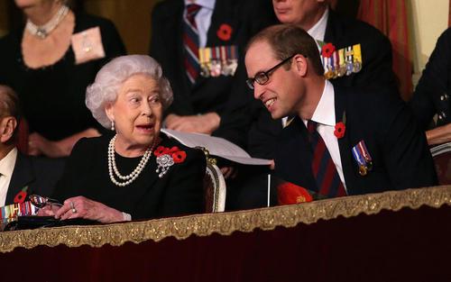 ملکه بریتانیا در کنار نوه اش +عکس