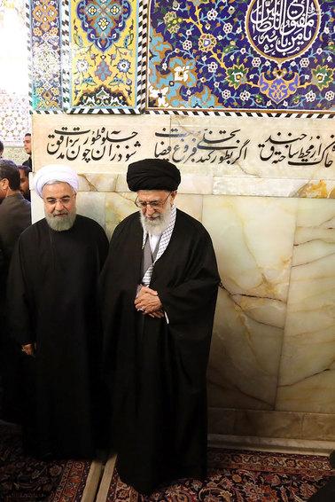 حضور رهبری در لحظات خاکسپاری آیتالله طبسی+عکس