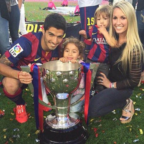 لوئیز سوارز در کنار همسر و دو فرزندش + عکس