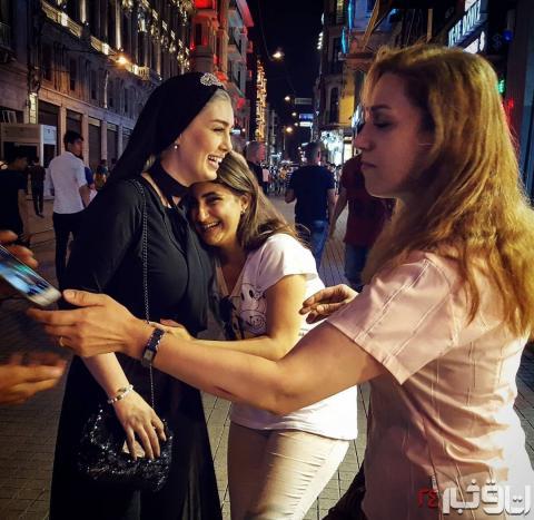 سحر قریشی بازیگر مشهور در آغوش زنان بی حجاب