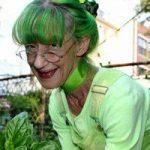 زنی عجیب که 20 سال است فقط رنگ سبز می پوشد و وسایل خانه اش سبز است!