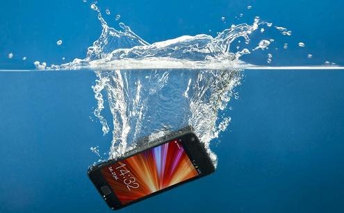 اگر تلفن همراهتان در آب افتاد این کارها را انجام دهید