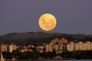 فکر می کنید ماه چند سال دارد؟