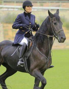 ظاهر مهتاب کرامتی در حال اسب سواری