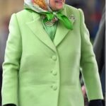 پوشش جالب ملکه بریتانیا درایستگاه قطار در حال بازگشت از تعطیلات