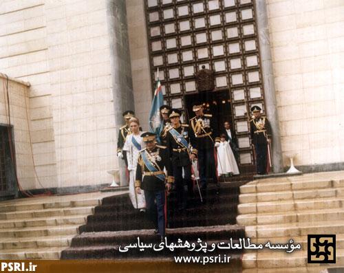 محمدرضاپهلوی در مقبره رضاخان