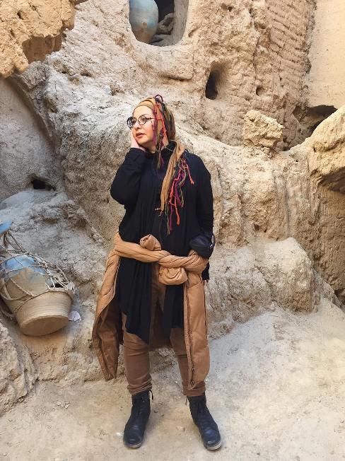 تیپ متفاوت و جالب خانم بازیگر در کویر مرنجاب