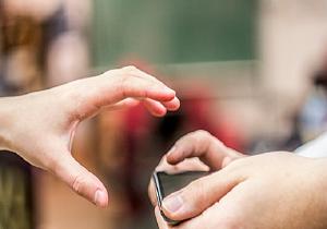 اگر به همسرتان و گوشی تلفن همراهش شک دارید، بخوانید