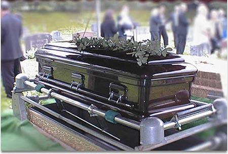 زن کاری کرد که در مراسم تشییع جنازه همه می خندیدند