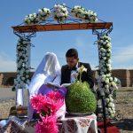 عروسی زوج هنرمند کنار پل تاریخی میانه