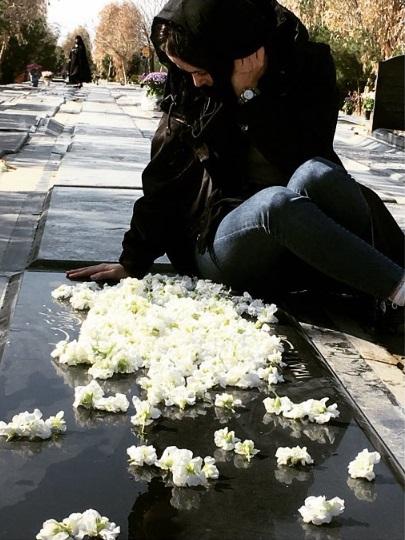 الناز حبیبی کنار مزار مادرش