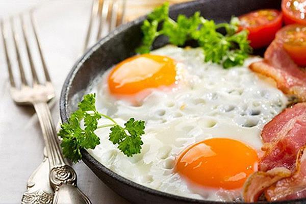 خوردن تخم مرغ