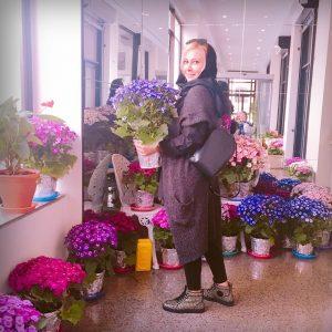 آنا نعمتی با تیپ متفاوتش در میان گل ها