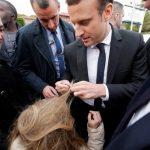 گیرکردن موی بلند دختربچه به دکمه کت نامزد ریاست جمهوری فرانسه!