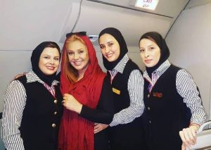 نسرین مقانلو در هواپیما در کنار مهمانداران زن
