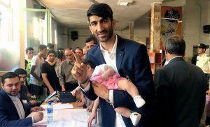 بیرانوند با دختر چهارماههاش پای صندوق رای