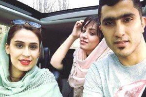 سلفی مجتبی میرزاجانپور و همسرش در اتومبیل گرانقیمت شان